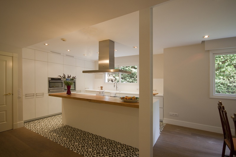 Kitchen with hydraulic tile