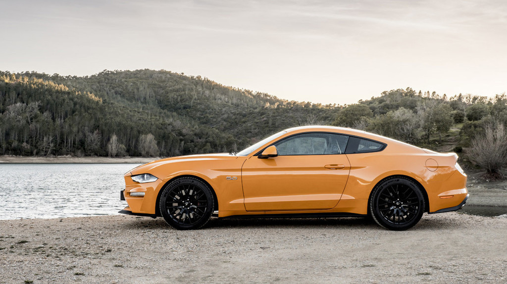 Ford Mustang vs BMW Series 4